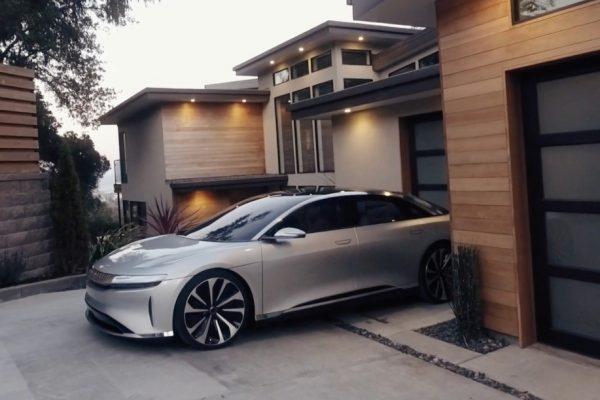 auto con motore Elettrico e casa domotica